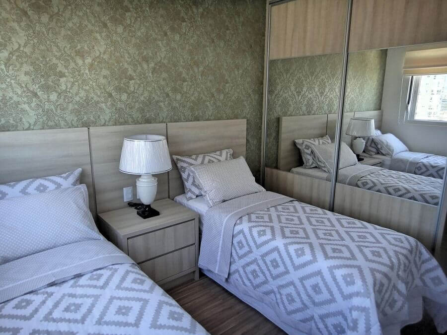 quarto de solteiro com duas camas e guarda roupa solteiro com espelho e portas de correr