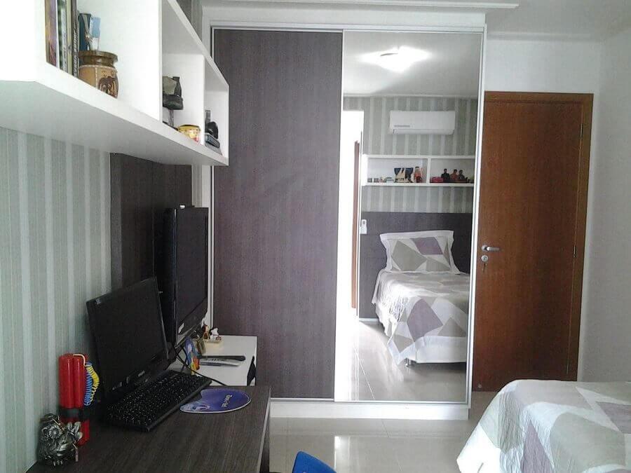 decoração quarto simples com guarda roupa solteiro porta de correr com espelho