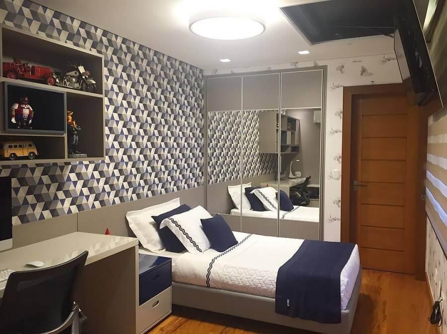quarto solteiro masculino com papel de parede geométrico e guarda roupa solteiro porta de correr com espelho