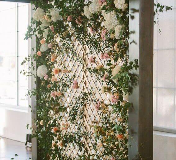 9. Uma base de madeira garante um aspecto mais rústico ao painel de flores