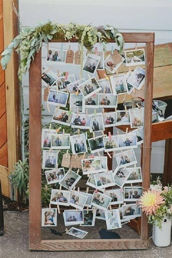 decoração rústica com painel de foto para casamento