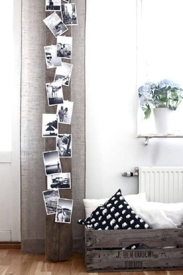 decoração rústica com painel de fotos pregadas na viga de madeira
