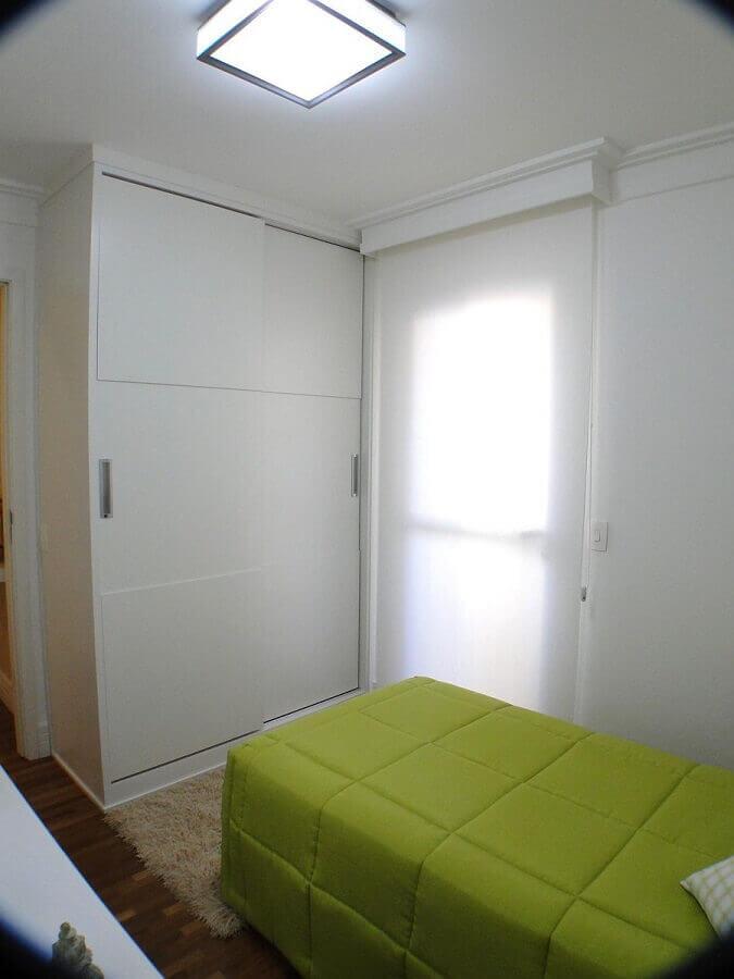 decoração simples com guarda roupa solteiro branco com portas de correr