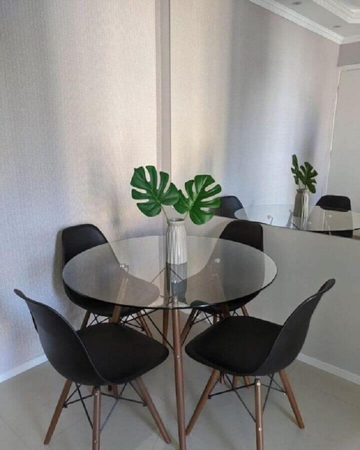 decoração simples com mesa de vidro redonda e cadeiras pretas  Foto Pinterest