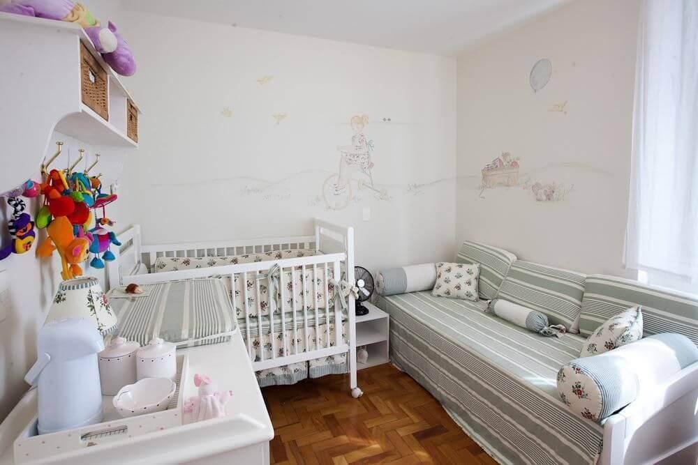 decoração simples para quarto pequeno de bebê com berço branco de madeira