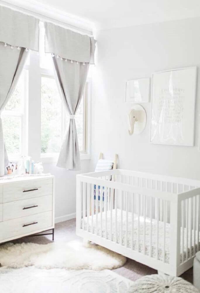 decoração toda branca para quarto de bebê pequeno