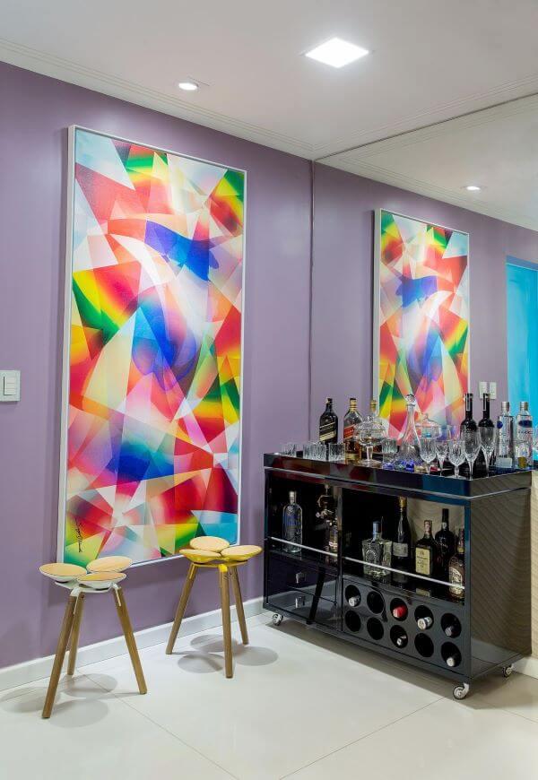 Bar com paredes lilás e quadro colorido