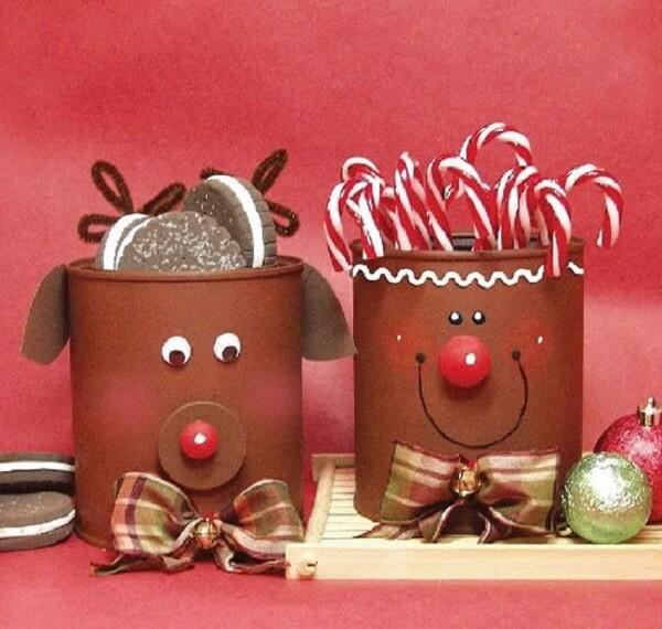 As latas decoradas servem de suporte para doces