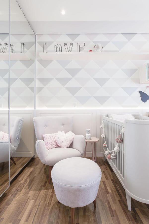Quarto de bebê com papel de parede clean