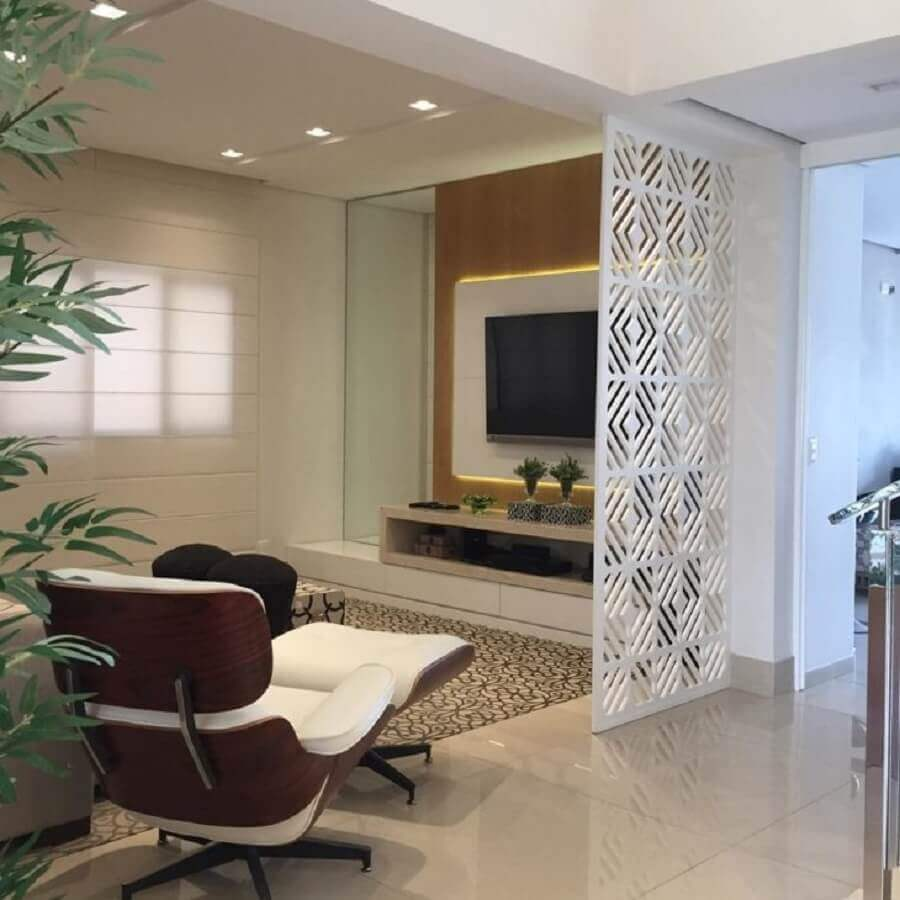 divisória para sala com tapete e painel de madeira