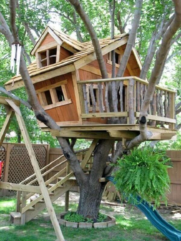 Modelo de casa na árvore com varanda