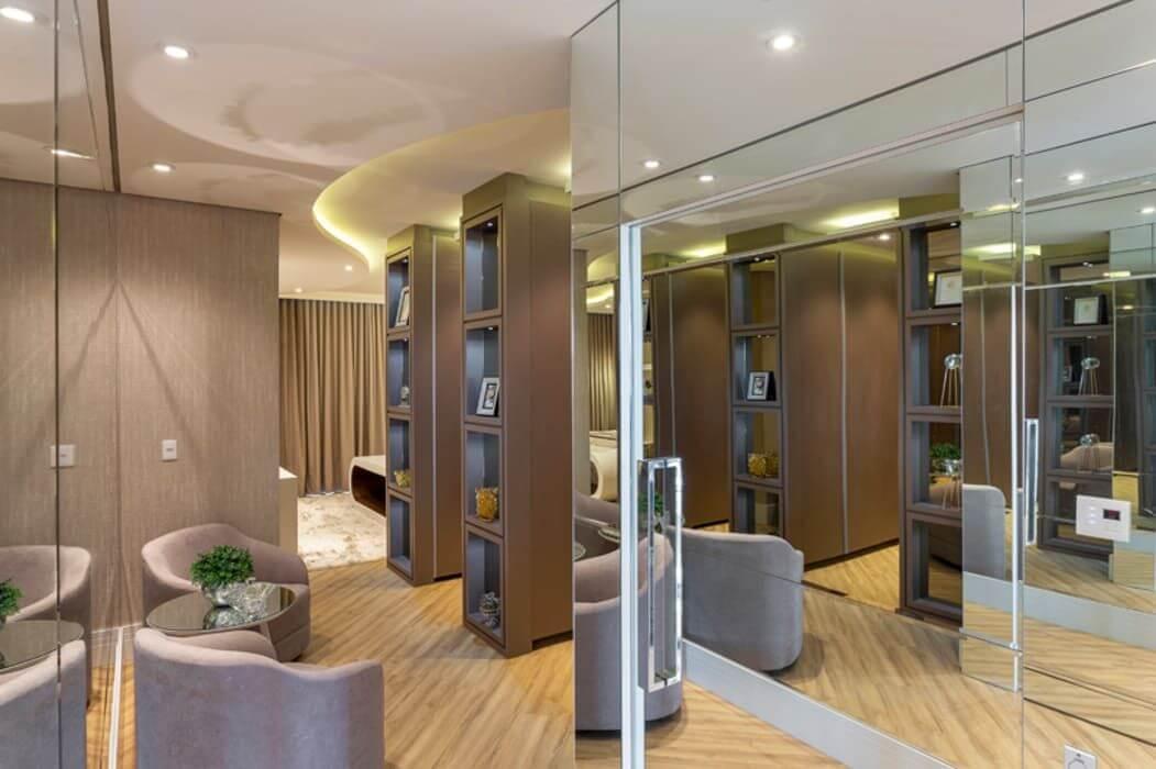 espelho para quarto - closet com poltronas de veludo e parede espelhada