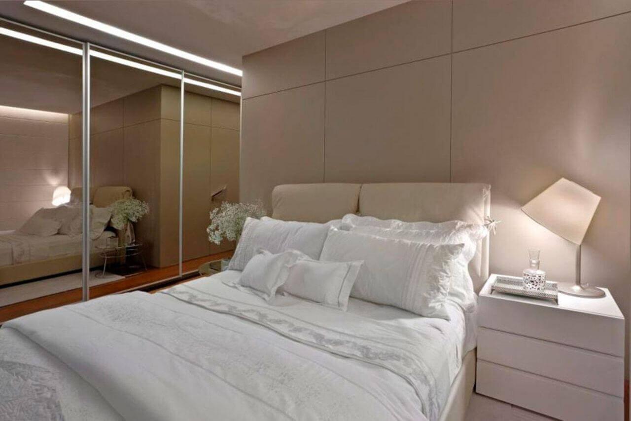 espelho para quarto - paredes de madeira com abajur branco