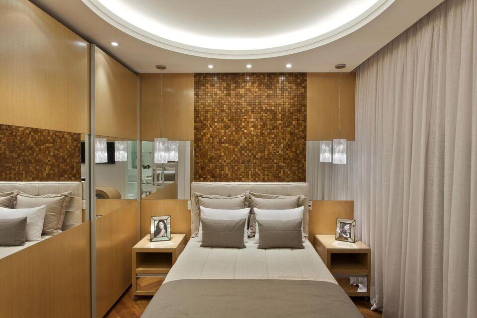 espelho para quarto - quarto em tons de madeira e espelhos