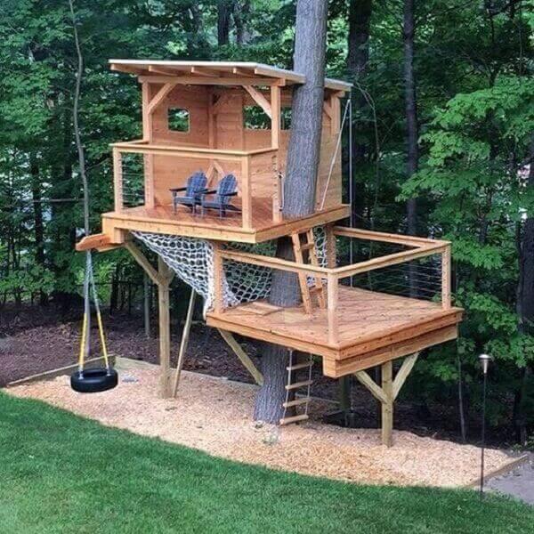 Modelo de casa na árvore aberta