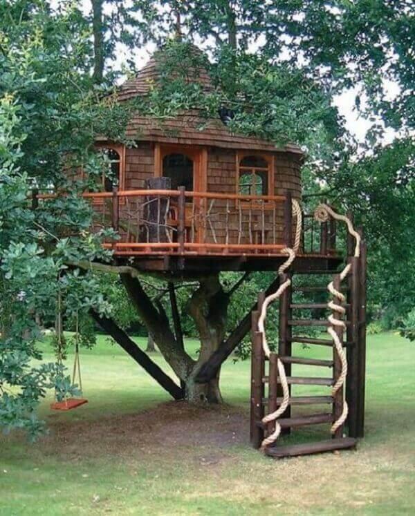 As cordas entrelaçadas na escada trouxeram ainda mais valor para a casa na árvore