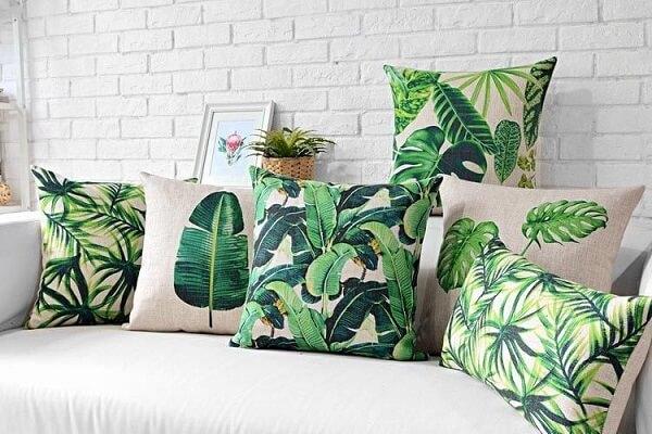 As almofadas decorativas de folhas encantam a decoração da sala
