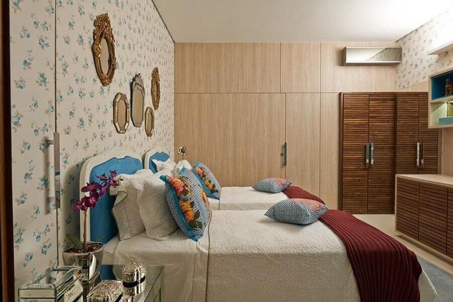 guarda roupa modulado solteiro para quarto decorado com papel de parede floral
