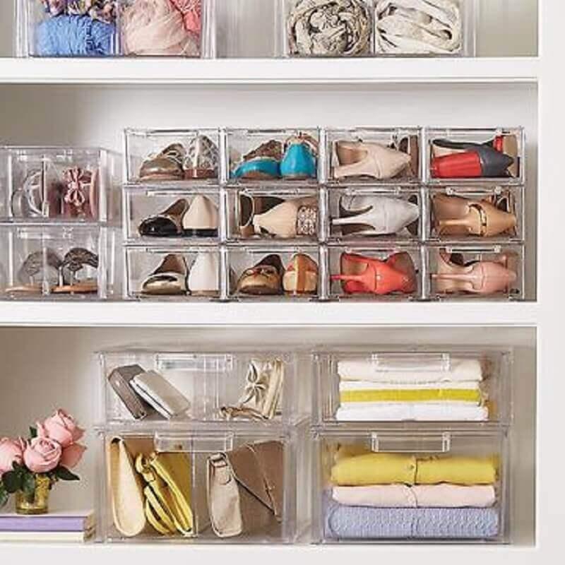 2c387b218 guarda roupa organizado com caixas organizadoras de acrílico para guardar  sapatos