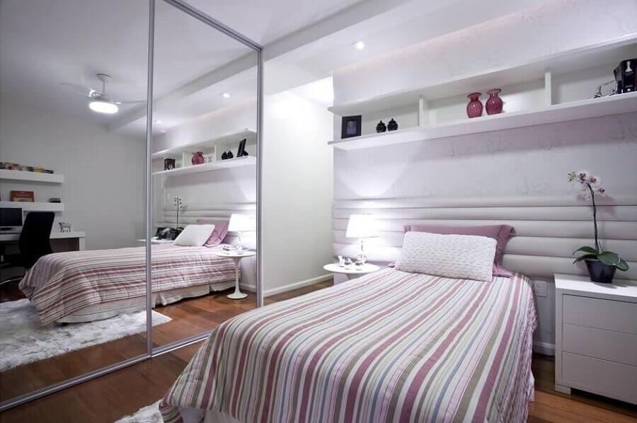 guarda roupa solteiro com espelho para quarto de solteiro com decoração clean