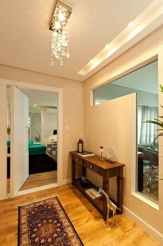 hall de entrada de apartamento com aparador de madeira
