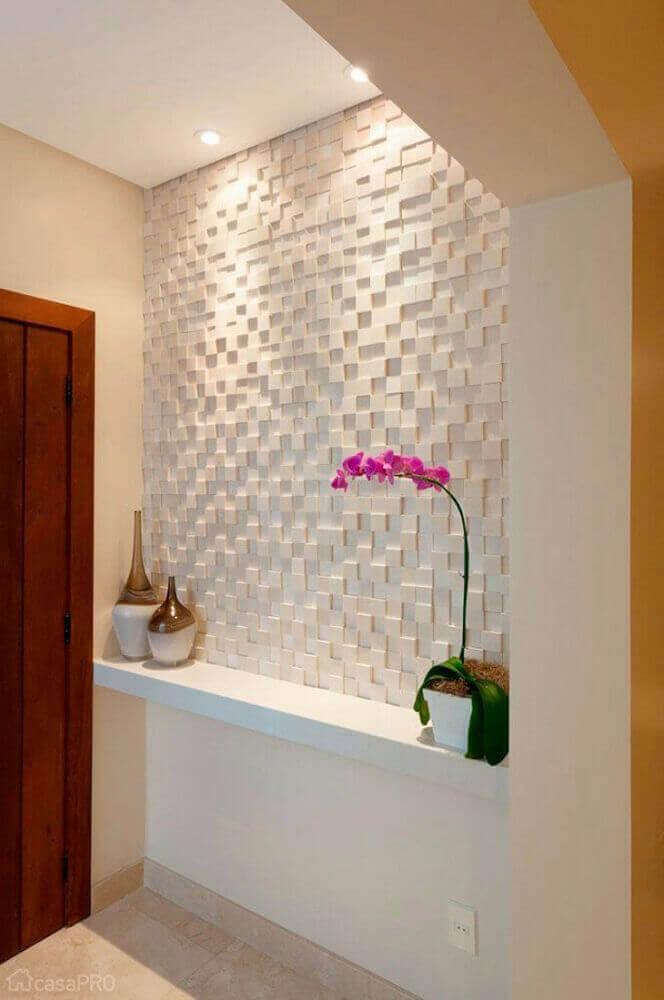 hall de entrada pequeno com parede 3D e flores