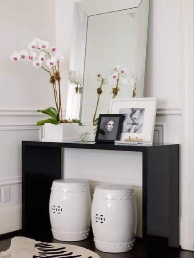 hall de entrada pequeno decorado com aparador preto espelho bisotado e seat garden