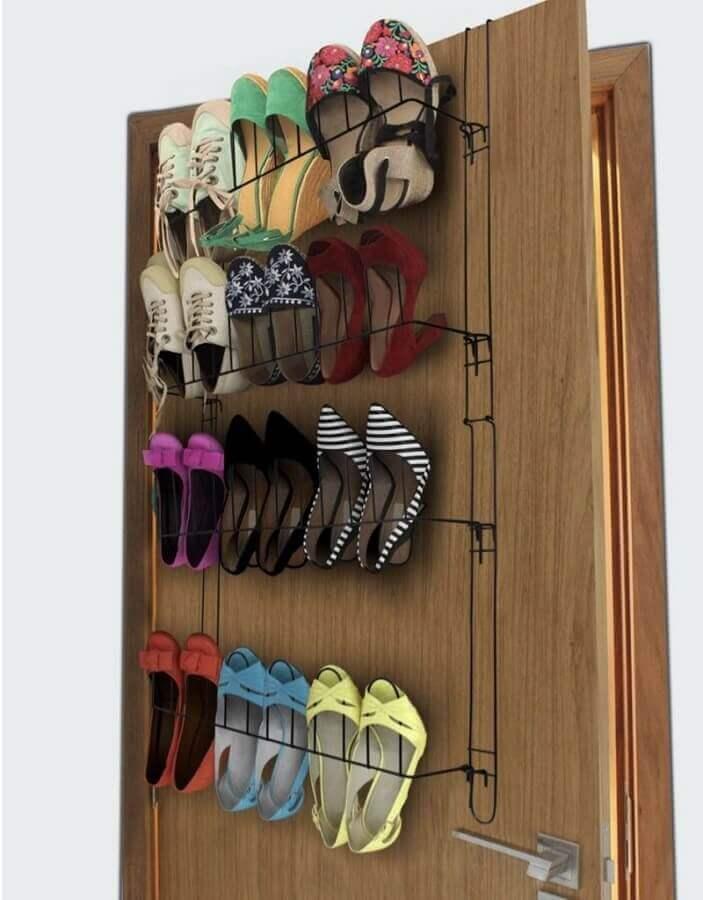 ideias para guardar sapatos com organizadores atrás da porta