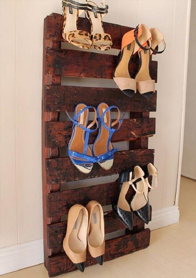 ideias para guardar sapatos em suporte de pallets