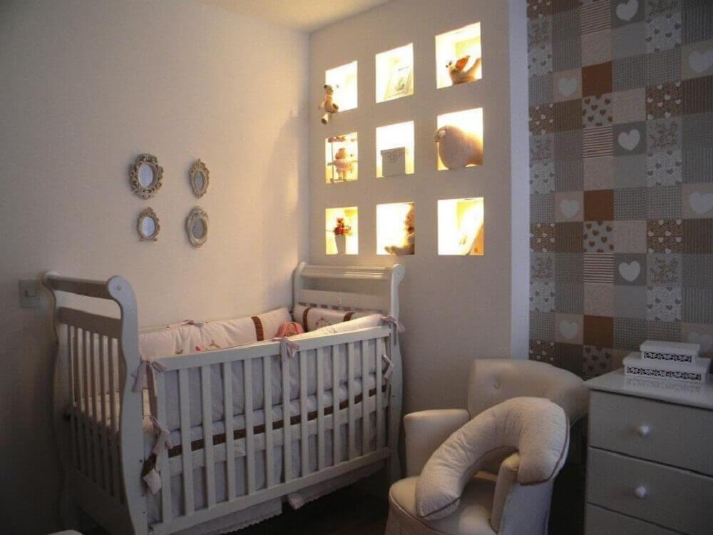 ideias para quarto de bebê pequeno com nichos embutidos com iluminação