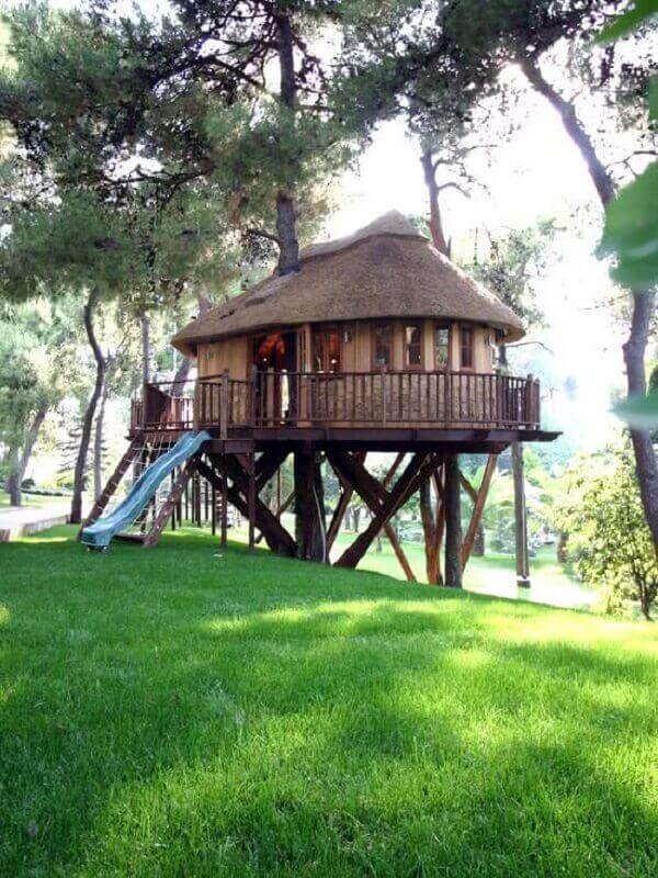 Mesmo em terrenos com declive é possível construir uma casa na árvore