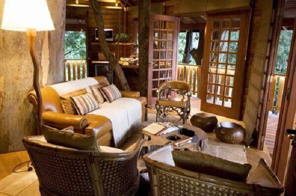Decoração rústica com móveis e objetos de madeira