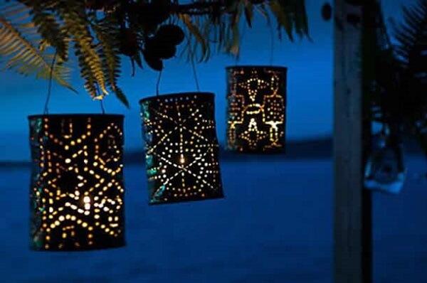 As latas decoradas podem ser utilizadas como luminárias