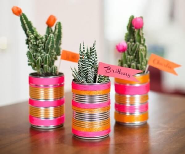 As latas decoradas podem servir de lembrancinha