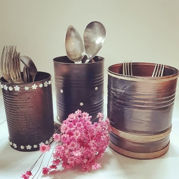 As latas servem de suporte para talheres