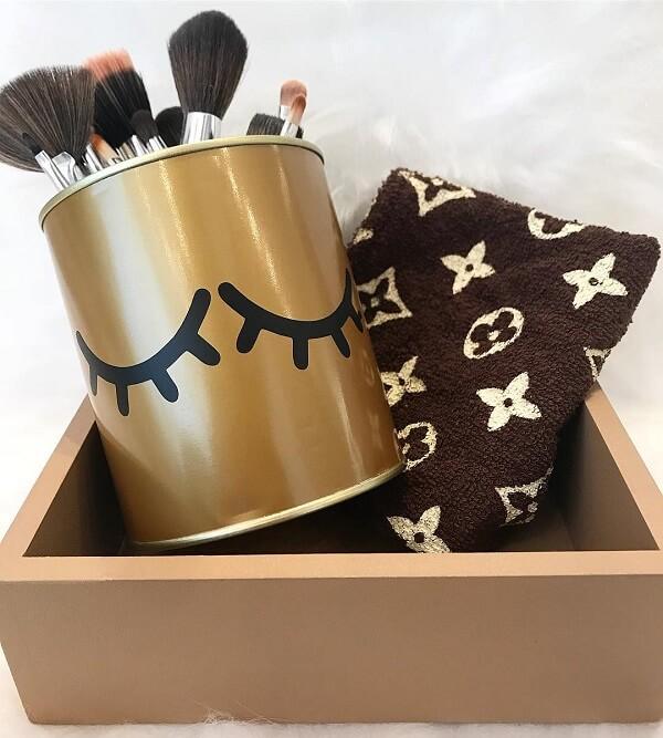 Utilize as latas decoradas para organizar seus pincéis de maquiagem