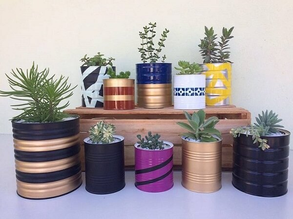Utilize as latas decoradas como vasos