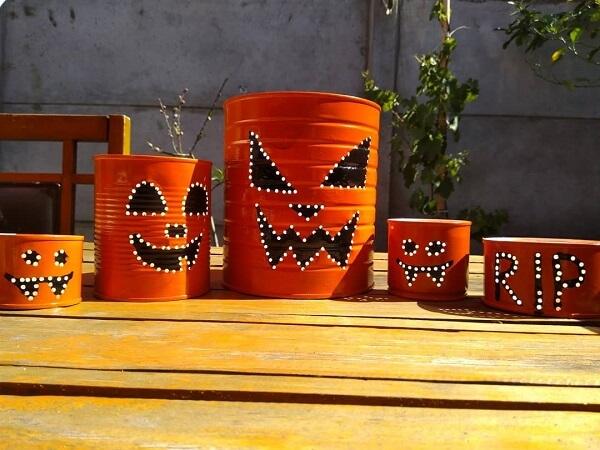 Latas decoradas para festa de Halloween