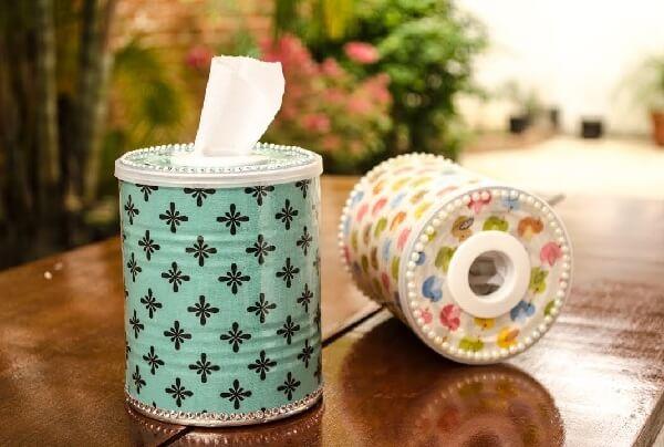 Utilize a lata de alumínio para colocar lenços umedecidos