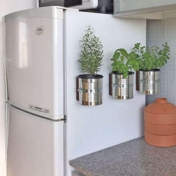 Mini horta feita com latas de alumínio
