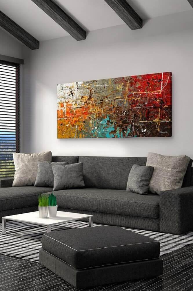 modelo colorido de quadro grande para sala de estar decorada em tons de cinza
