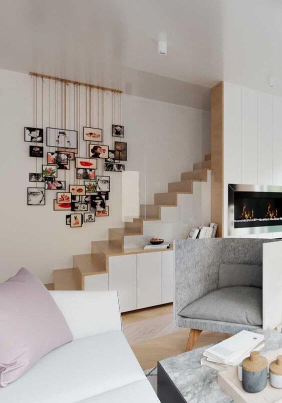 Mural de fotos na escada de casa
