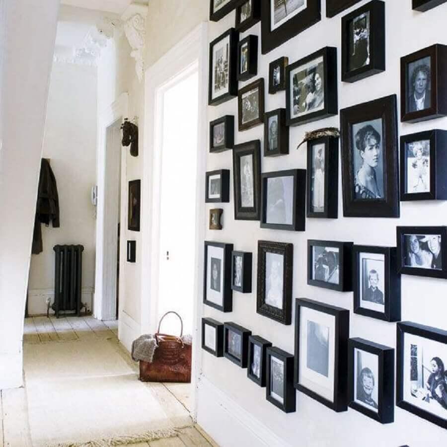 mural de fotos na parede com molduras pretas