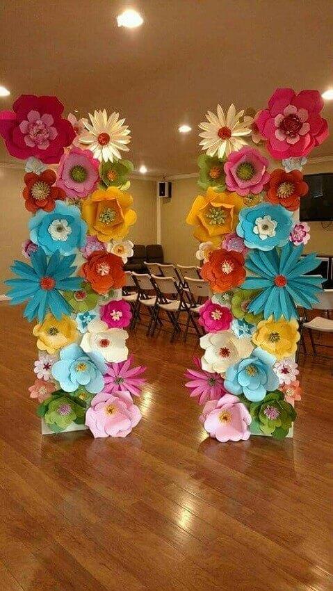 painel colorido com flores de papel
