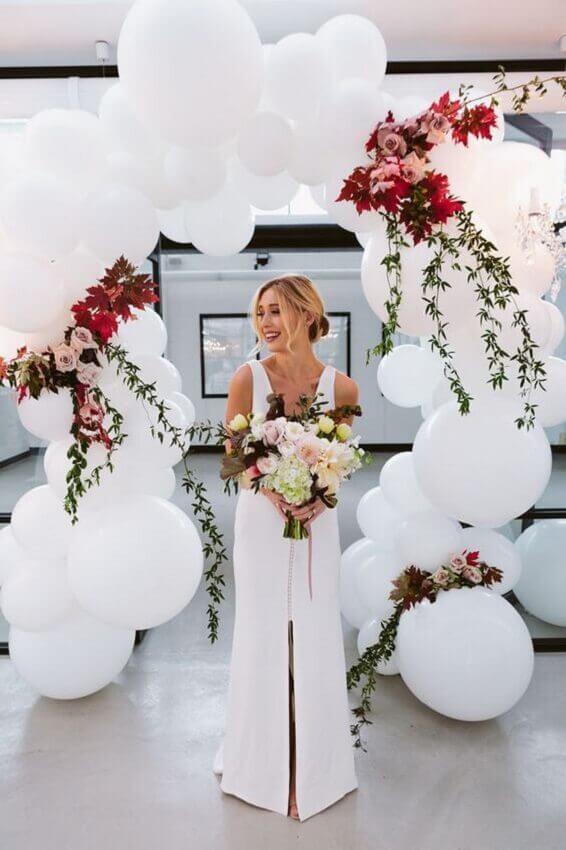 painel de flores e bolas brancas para casamento