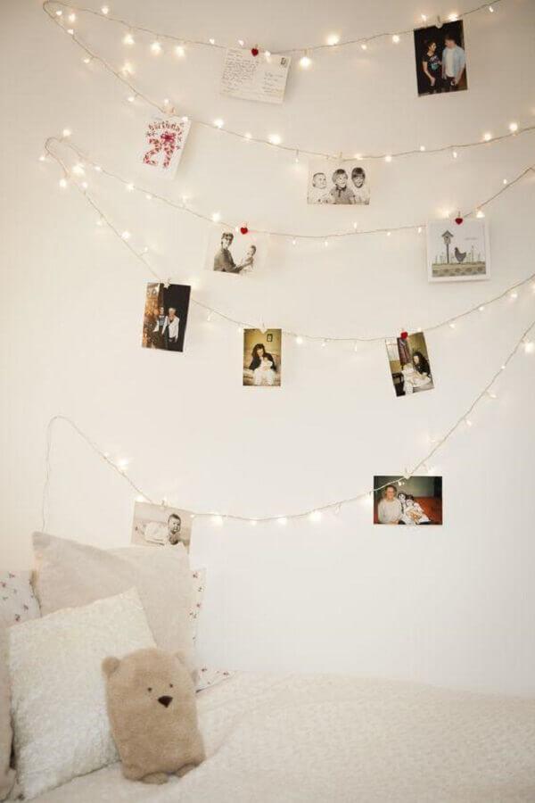 painel de fotos feito com fio de pisca pisca para quarto
