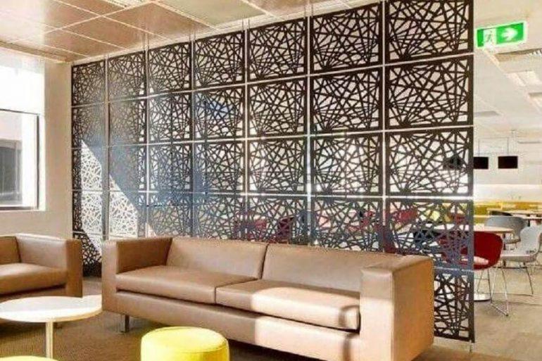 painel de metal com design diferente como divisórias para sala
