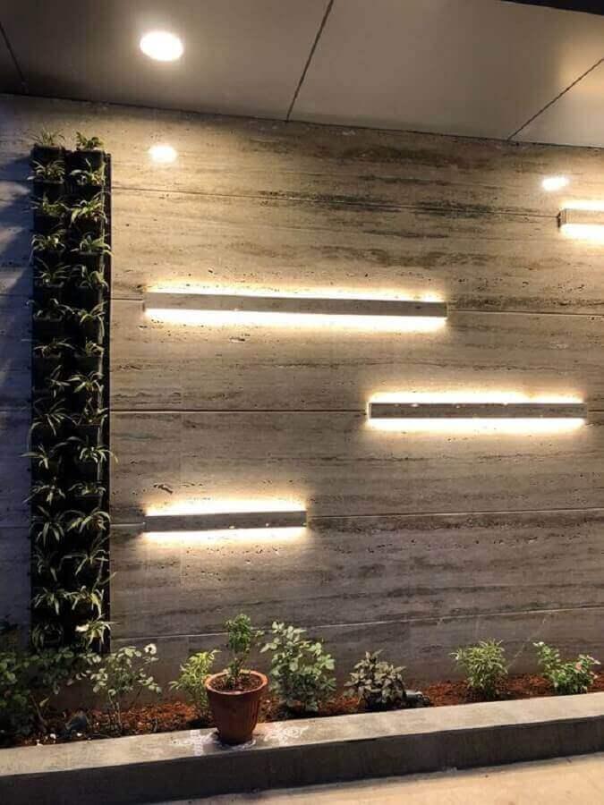 parede com mármore travertino e iluminação embutida - Foto aecon projects