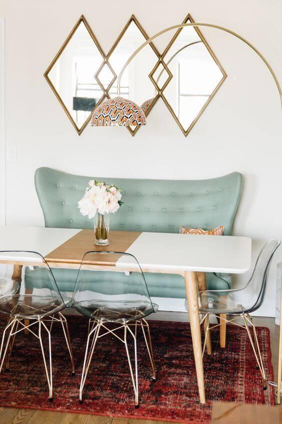 Paredes decoradas com espelho acima da mesa
