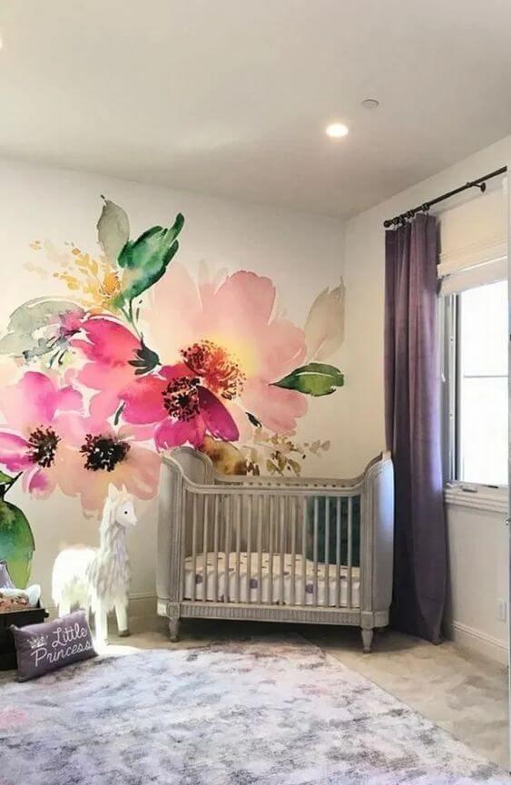 Paredes decoradas com flores para quarto de bebê